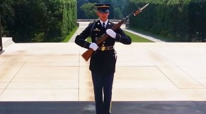 People Laugh At The Tomb Of The Unknowns-The Guard Responds Perfectly