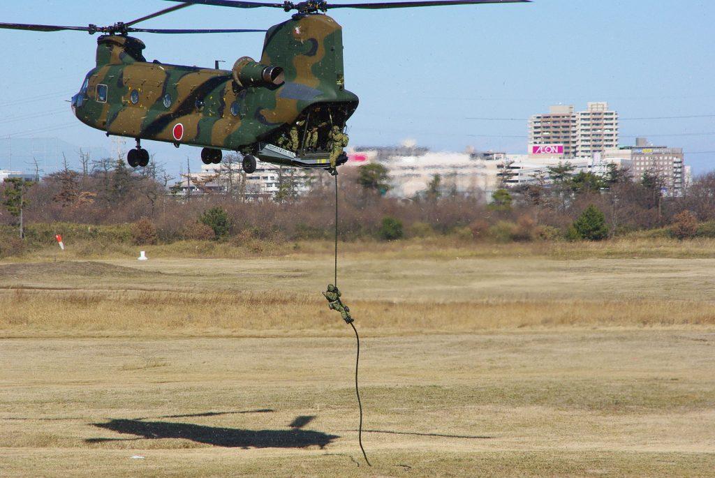 jgsdf_1st_airborne_brigade_-_fast_rope_20090111narashino