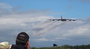 Guy Records Two Of The Most Fantastic, SCREAMING B-52 Flybys-Nothing But Chills